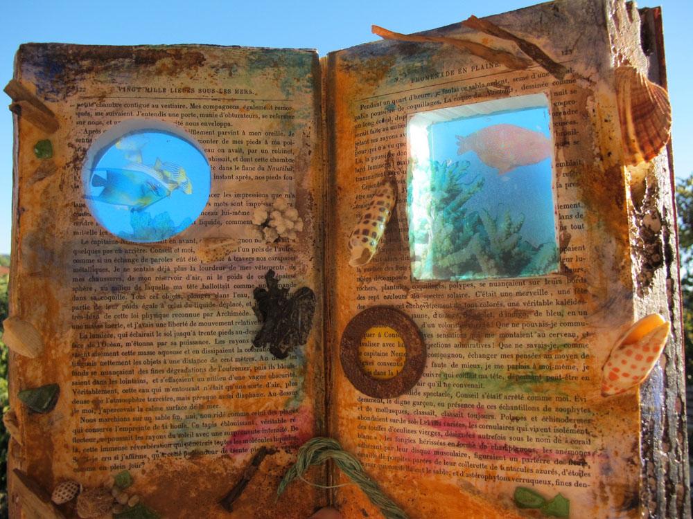 <i> Vingt mille lieues sous les mers</i> Livre-objet, hommage à Jules VERNE